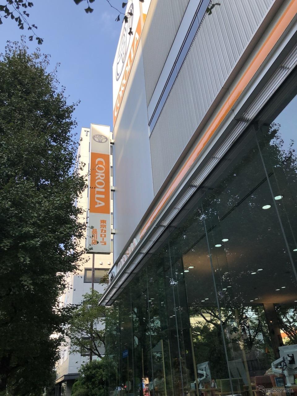 オレンジを基調とするカローラ店の店舗