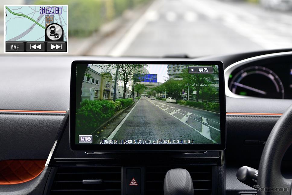 リヤカメラはワンタッチで後方を確認出来る機能と、リバースと連動してガイド線も表示する機能が搭載されている(※画像はリヤカメラの映像再生時)
