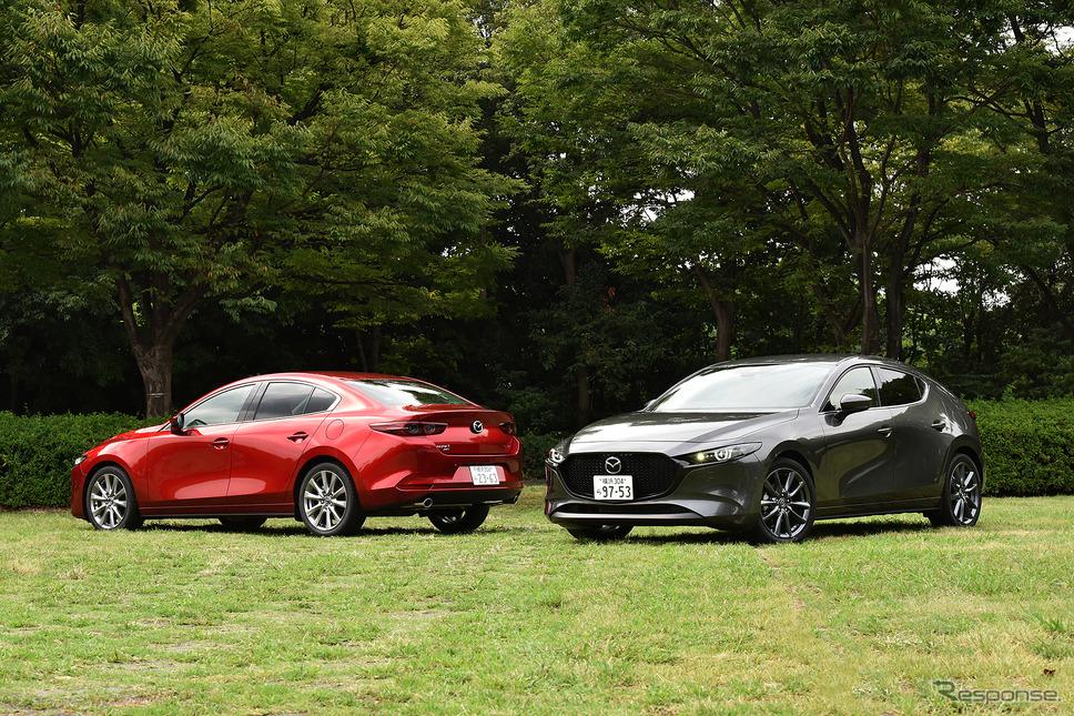 マツダ3 新型 ファストバック(右)とマツダ3 新型 セダン(左)