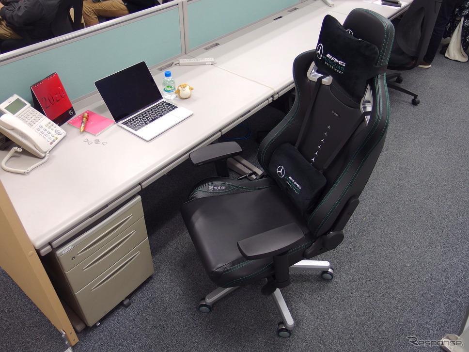 最近のデスクは天板が低いので、椅子のアームレストと干渉する例が多い。