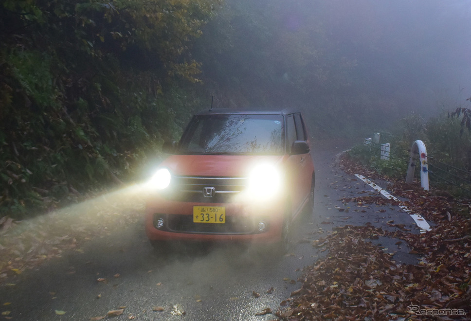 枝折峠界隈にて。この日は霧が出ていたためスロー走行。昔は全線がマッド&ダートで、道幅もこんなに広くはなかったし、ガードレールもなかった。世の中進歩するものである。