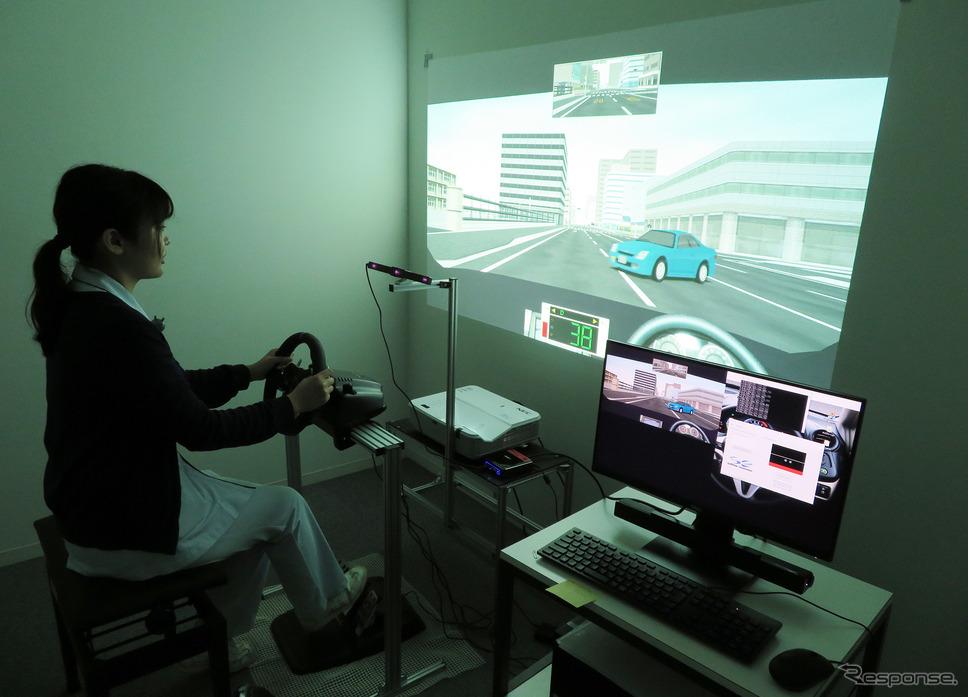 運転外来の様子。モデルは、このドライビングシミュレータの検査をサポートする視能訓練士さんにお願いしました。