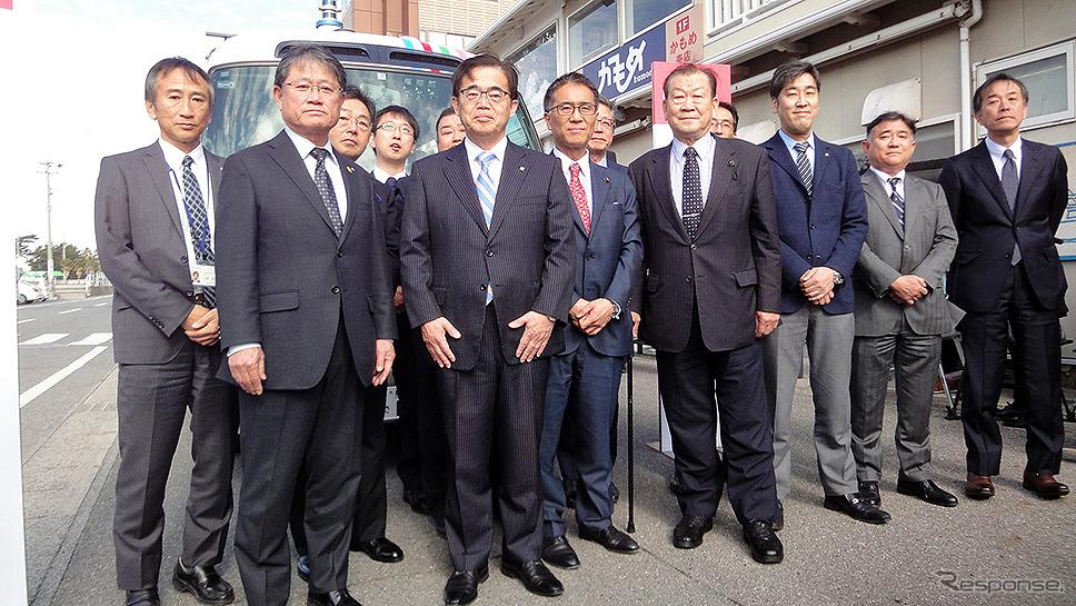 愛知県日間賀島で1月25~27日に実施した「離島における観光型 MaaS による移動」をテーマとした自動運転の実証実験。初日には愛知県 大村秀章 県知事らが自動運転バスに試乗した