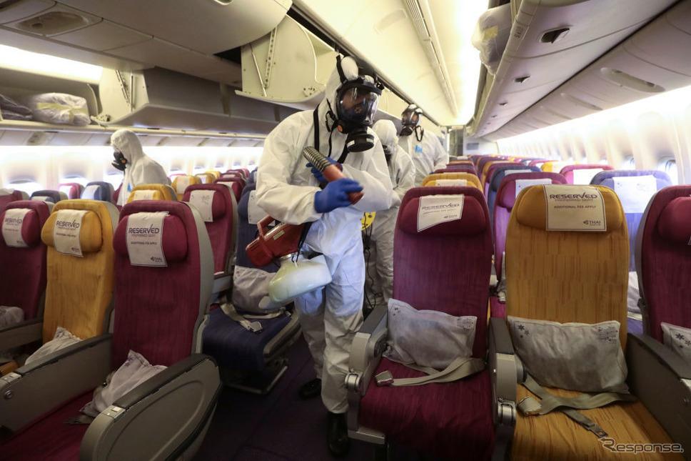 飛行機内を消毒するタイ国際航空。