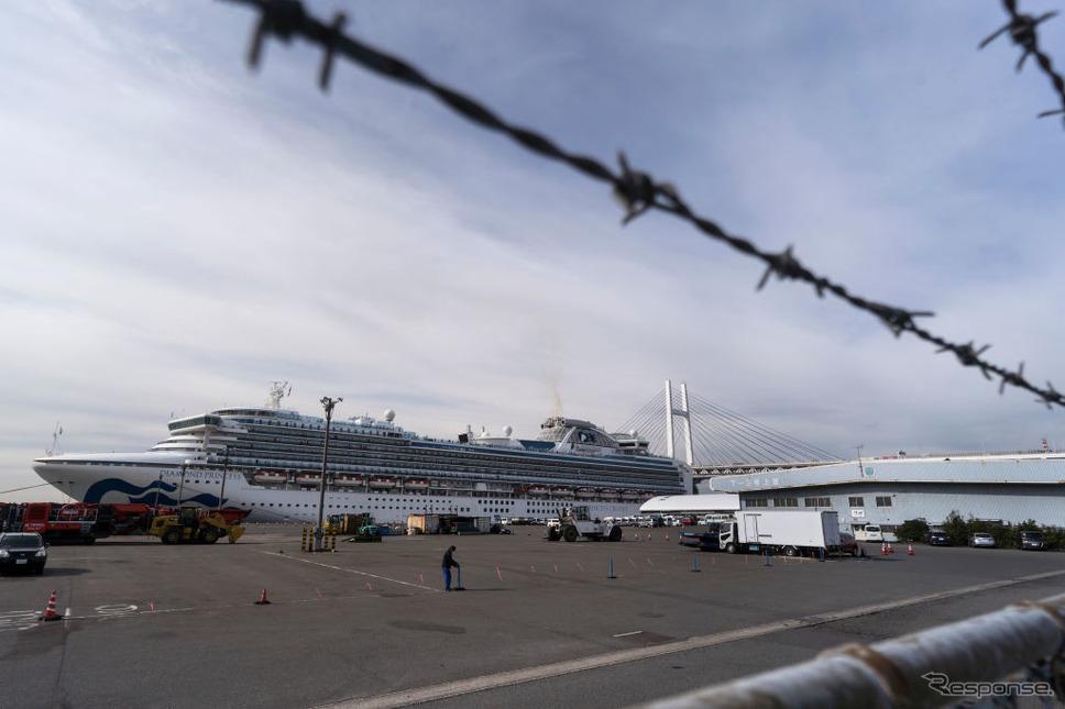 船内で新型肺炎が発生し、乗客が下船できないまま横浜港に停泊しているクルーズ船(2月12日)。