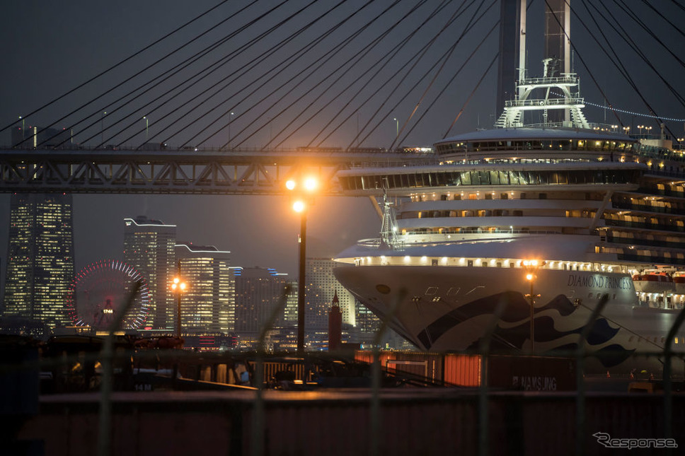 クルーズ船から下船する乗客(2月20日)