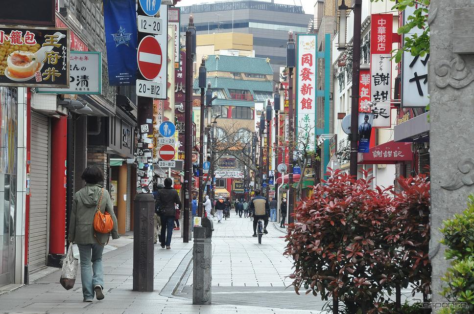 お昼時の中華街とは思えない光景。店舗はやっていそうな感じがするのだが、人が少なく活気が感じられない