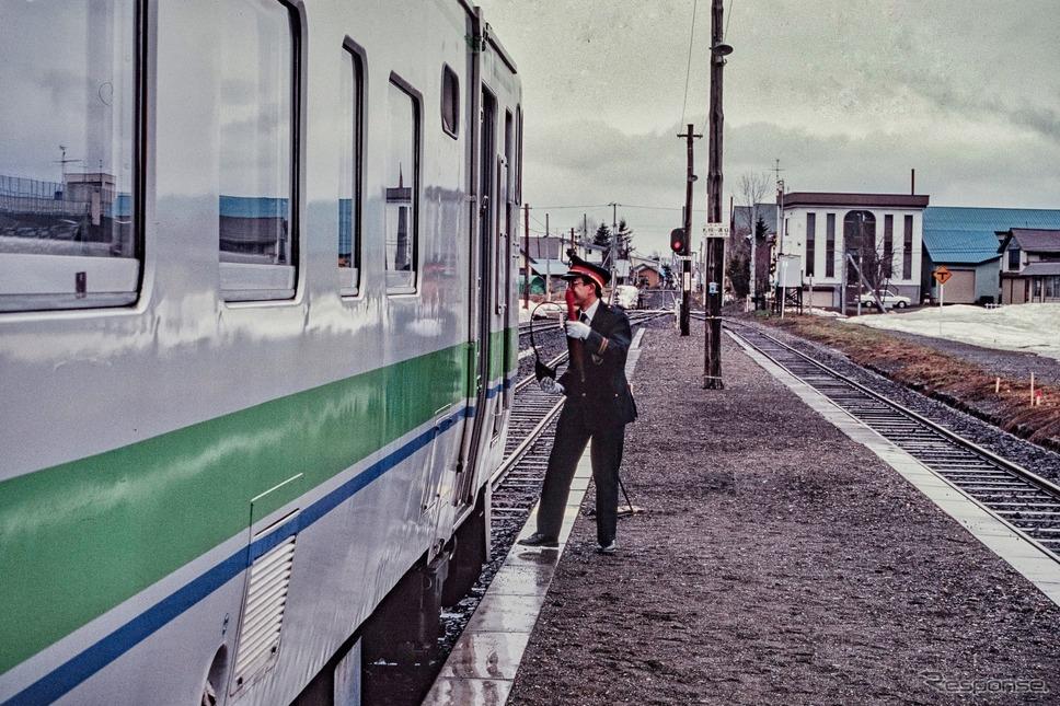 1994年4月、石狩月形駅でスタフの受渡しを行なう駅員。このシーンは永遠に見納めとなった。