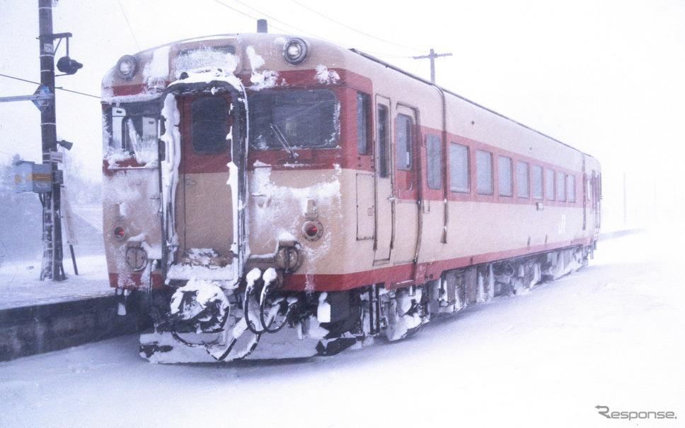1990年代の札沼線は、急行型気動車を両運転台化したキハ54形500番台が主力に。石狩月形。