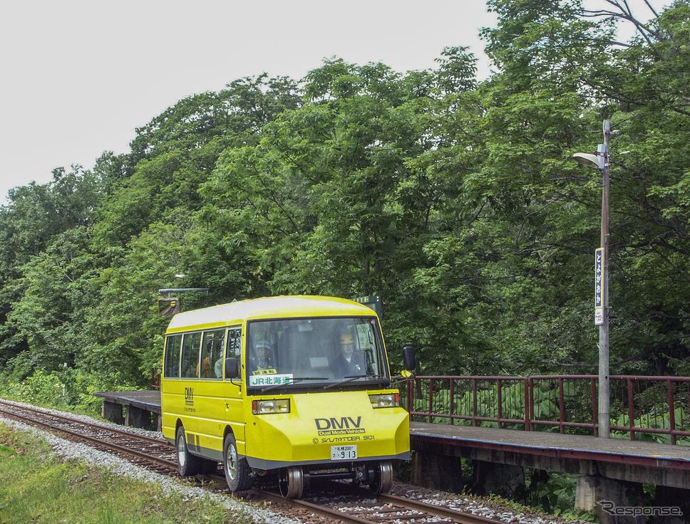 2004年7月、鉄路と道路の両方を走行できるデュアル・モード・ビークル(Dual Mode Vehicle=DMV)の走行試験も行なわれた札沼線。DMVはJR北海道の経営再建の事情で実用化が見送られたが、2020年には四国の阿佐海岸鉄道で営業運行が開始される運びとなっている。