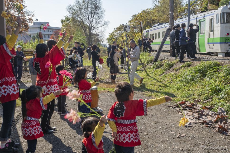 新十津川駅では地元の子供たちも熱心なおもてなしに参加。