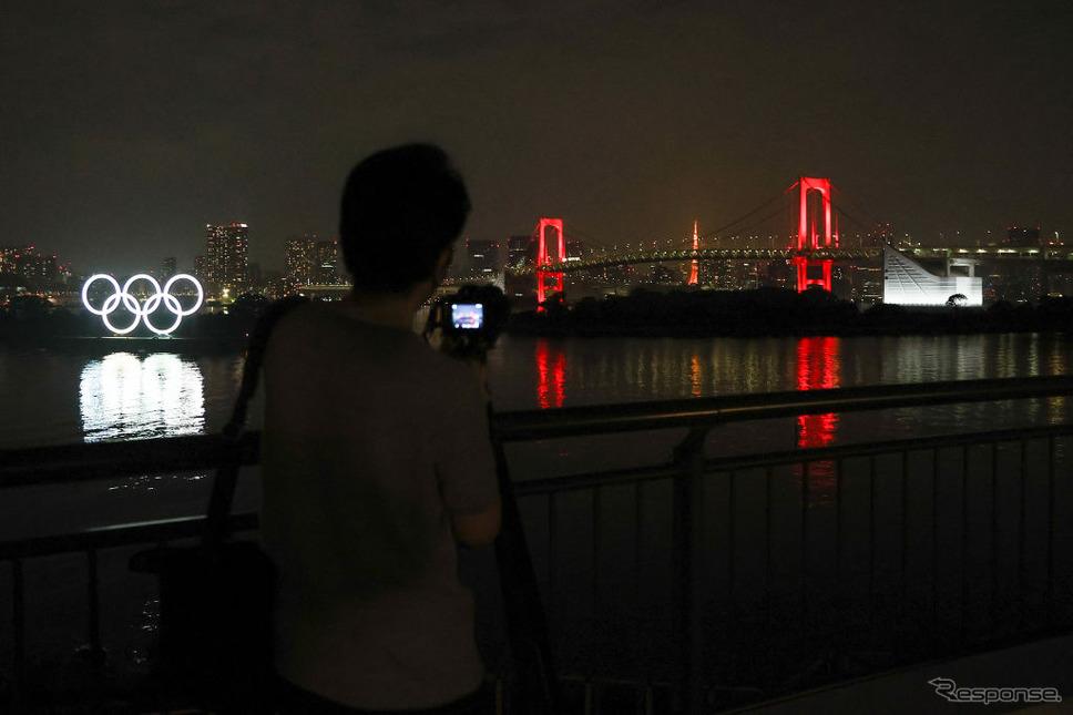 東京アラートで赤く染まったレインボーブリッジ