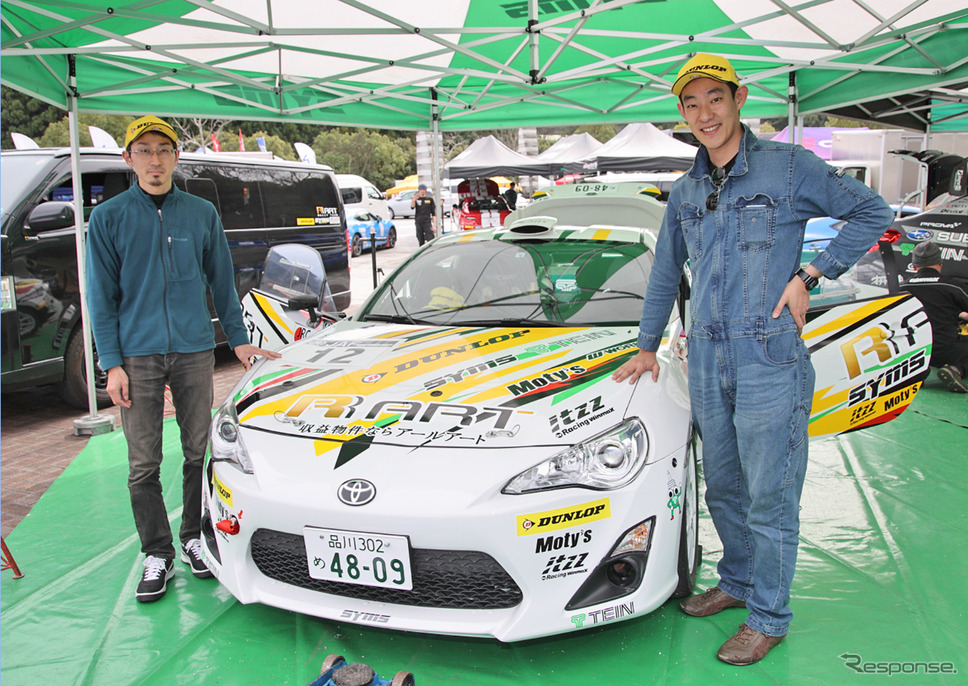 行徳聡さん(左)とドライバーの中平勝也さん(右)