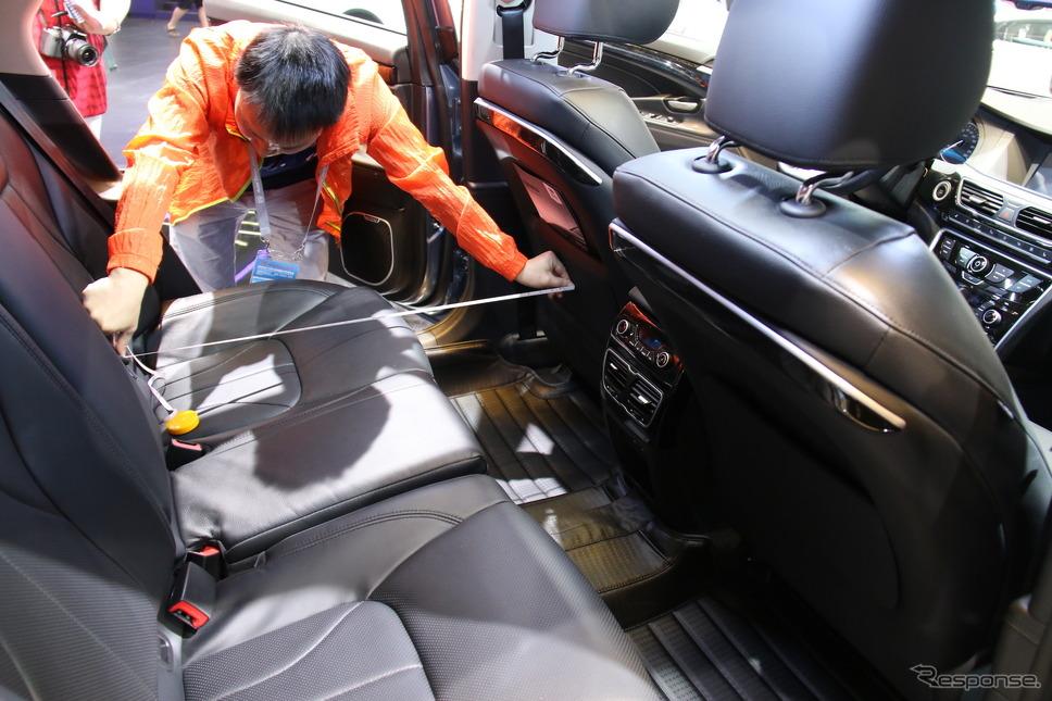 報道公開日に後席の寸法を計測する来場者(北京モーターショー2016)