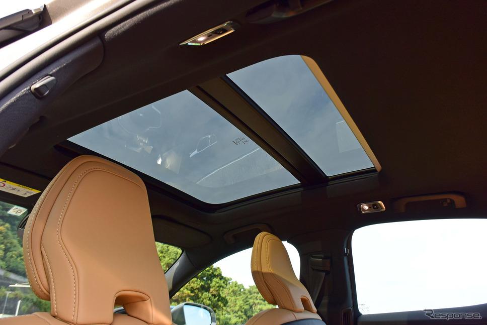 開口部の広いグラストップは室内を明るくするのに非常に効果的だった。