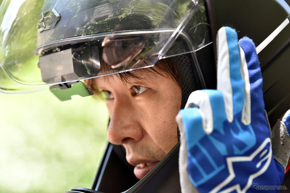 ヘルメット左側面のシールドベースがタッチパッドになっていて、音量調整や電話対応などが可能