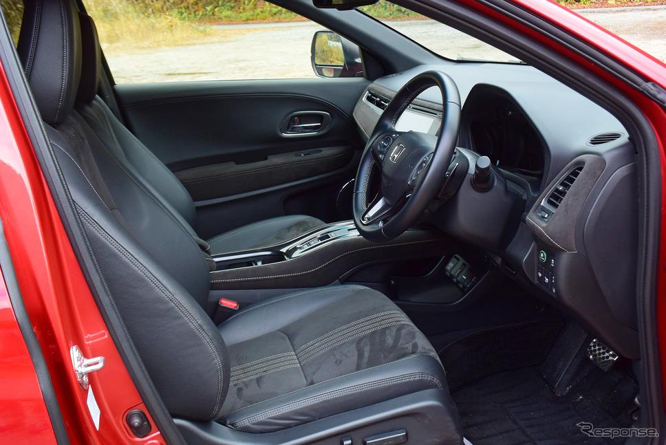 フロントシート。ホールド性は前期型に比べて大きく向上したが、座面の体圧分散設計は平凡で、少々疲れやすい。