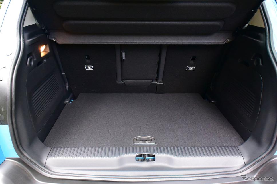 荷室。ショートドライブのため積み込みは経験していないが、旅行用トランクなどをぴっちり並べられそうなスクエアなレイアウト。