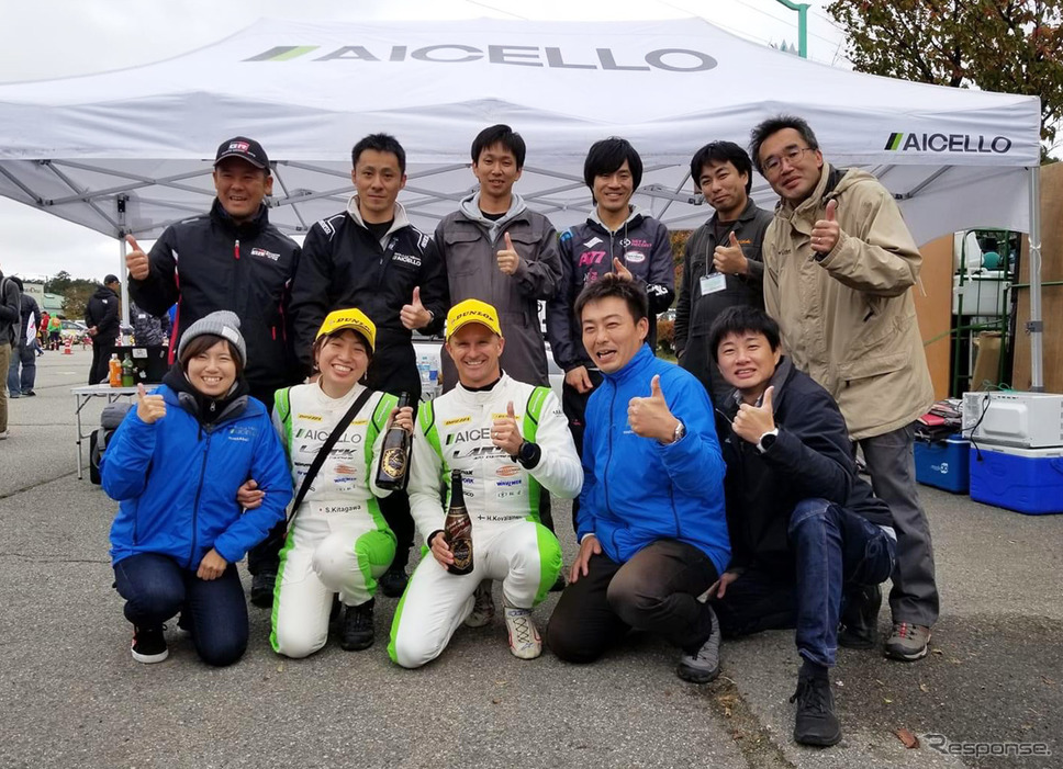 「大事な仲間や友人や応援してくださる方と、これからもずっと一緒にラリーができるように」と話す北川さん(前列左から2番目)