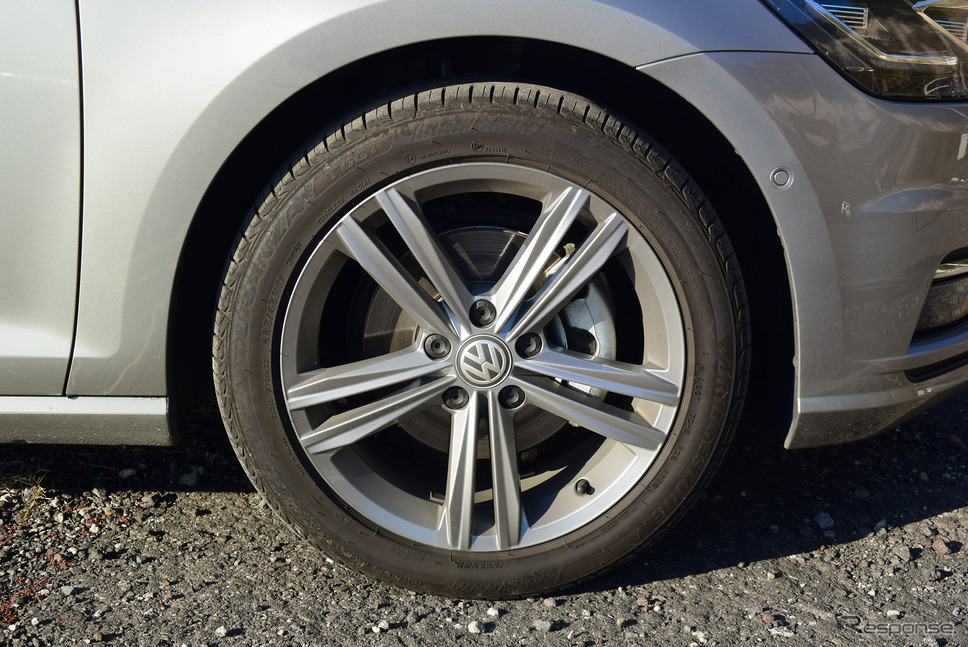 タイヤはブリヂストン「トランザT001」。サイズは225/45R17。