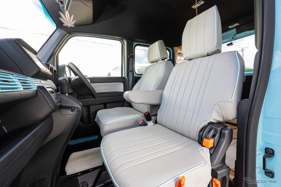 シートカバーの装着によって、N-VANの寂しいシートもおしゃれな雰囲気に