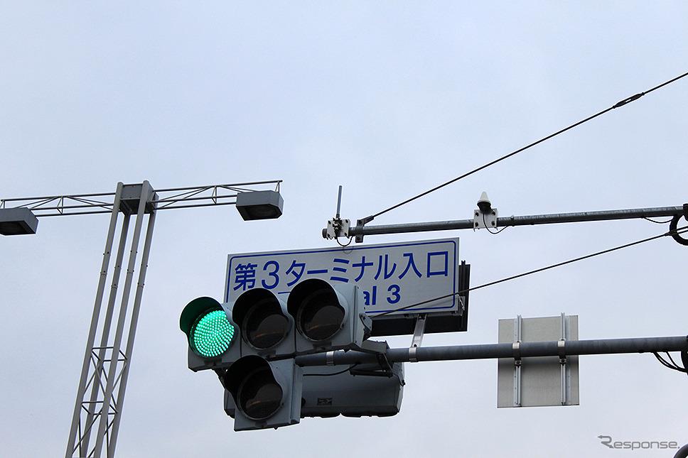 羽田空港の一般道交差点信号機に取り付けられた公共車両優先システム(PTPS:Public Transportation Priority Systems)アンテナ