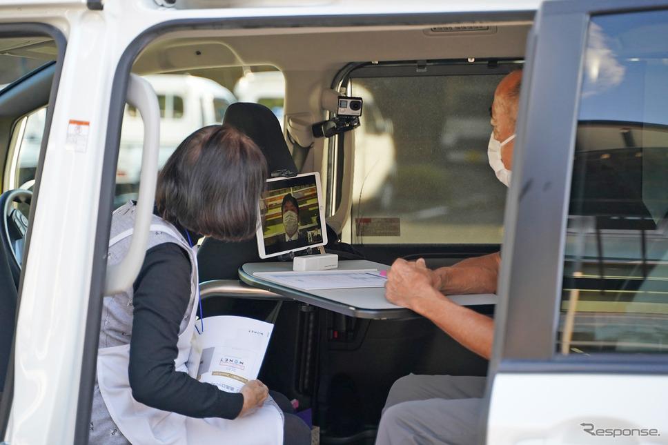 車内にあるタブレットでオンライン診療を行うデモ