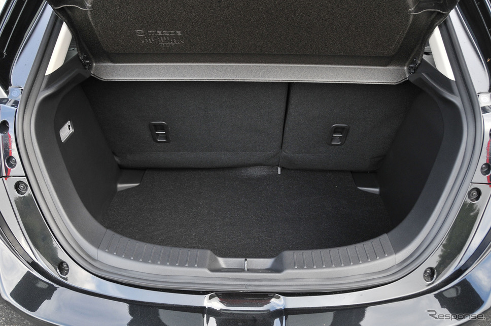 デミオのラゲッジルームは荷物の積み下ろしがしやすく、使いやすさが実感できるものとなっています。後部座席にも乗車している場合でも、VDA方式で280リットルの荷物