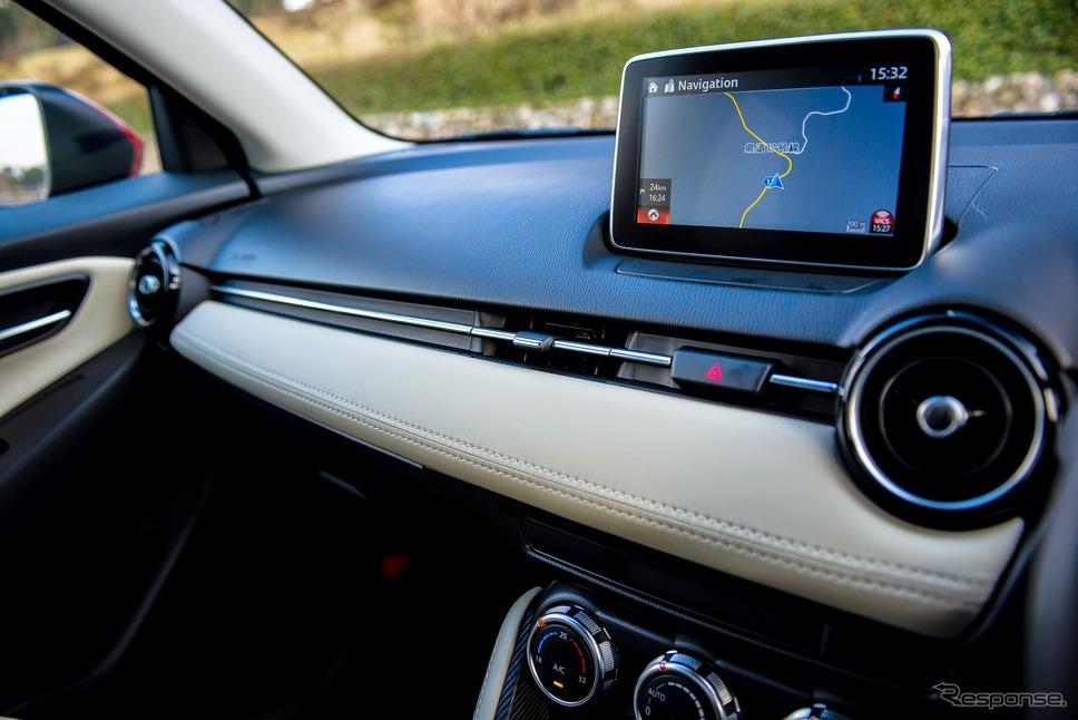 カーナビなどの機能も付いており、車内での快適性を高めています。デミオ全車種に搭載されている「オルガン式アクセルペダル」は、アクセルを踏む時に床からかかとが